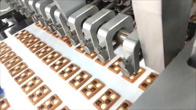 チョコレート充填機の製品写真